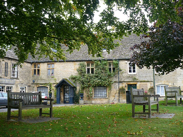 A_quiet_corner_of_Market_Square,_Stow-on-the-Wold_-_geograph.org.uk_-_1009211